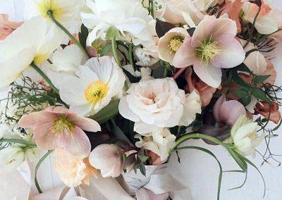 Gėlės eleborai puokštėje